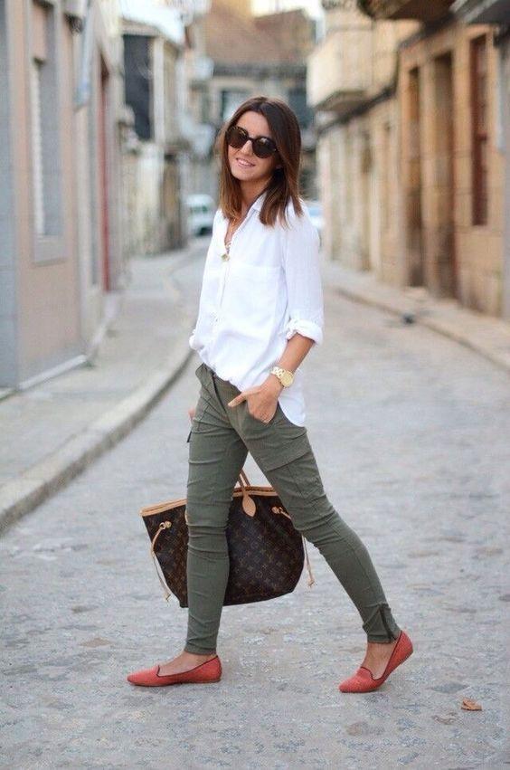 Calça verde com sapatilhas, e camisa social branca.