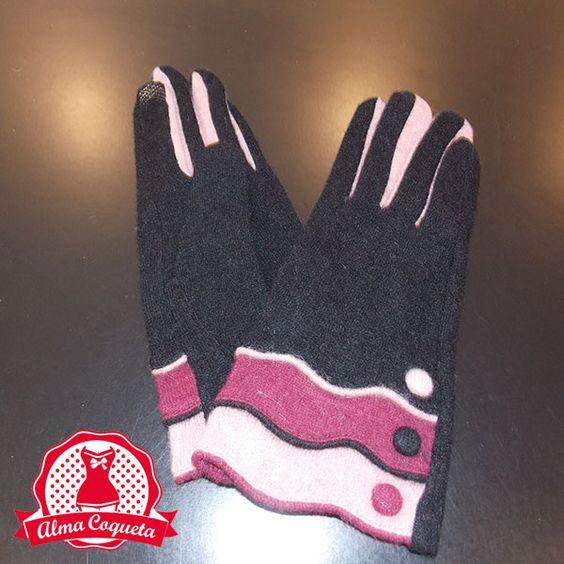 Nunca pasarás frío con este bonito guante de lana en color negro y rosa, con adorno de tres volantes #negro #volantes #botones #blanco #rosa #fashion #retro  #lazo #almacoqueta #leonesp #invierno