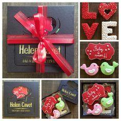 Caixa com bolachas comemorativas - aniversário de namoro. By Helen Cavet Bolachas Artesanais
