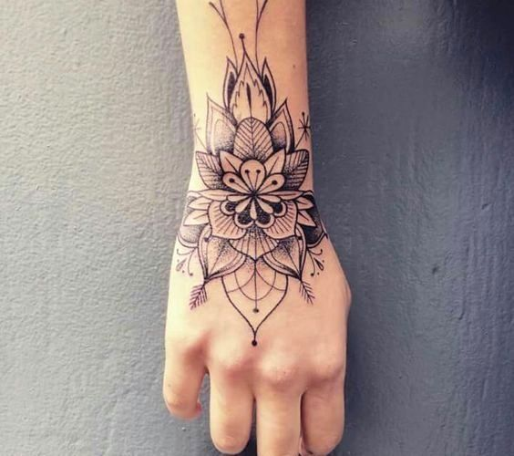 Hand Tattoos For Women 50 Beautiful Hand Tattoo Designs Hand Tattoo Ideas En 2020 Tatuajes En La Mano Tatuajes Tatuajes Para Mujer