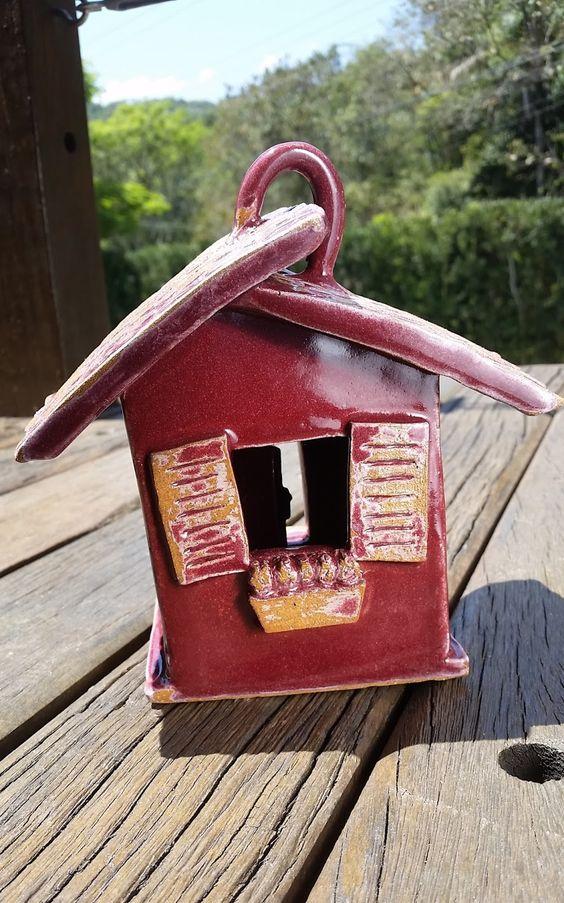 NOVAS PEÇAS EM CERÂMICA             Devo confessar que sou uma apaixonada por casinhas de pássaros. É verdade que são apenas decorativas ...