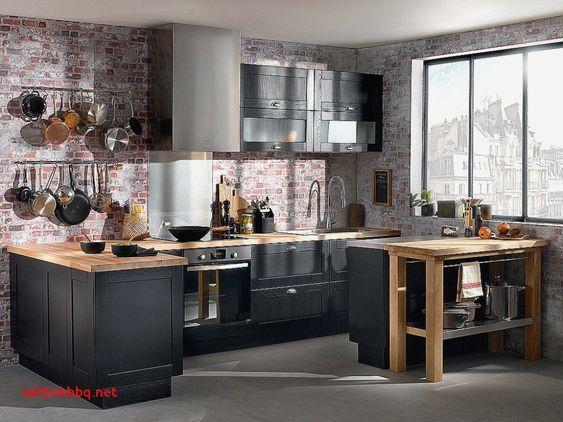 La grande fenêtre apporte beaucoup de luminosité dans cette cuisine noire et bois