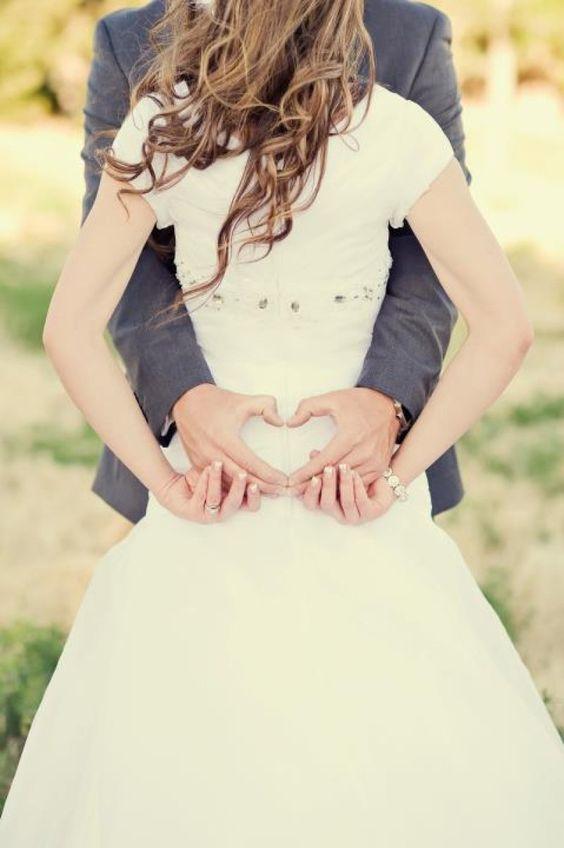 Los novios formando un corazon con las manos - Divertidas ideas de fotos originales para la Boda: