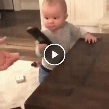 Não tire o controle remoto da TV do Bebe, isso é um calmante pra ele