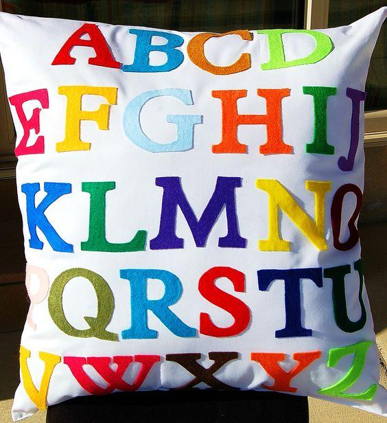 Abc kussen met vilt letters leuk om zelf te maken kijk for Comfy kussen