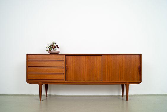 60er Jahre Teakholz Schiebetüren Sideboard. Hersteller: Omann Jun – Model 18. Design: Gunni Omann. Herstellung: 1960-1965 Maße: 200cm lang, 47cm tief, 83cm hoch.