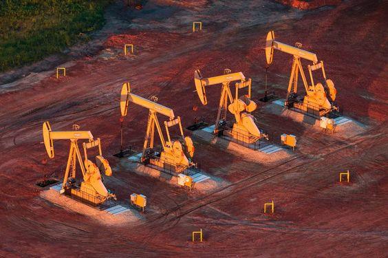 Überangebot: Preisverfall am Ölmarkt  Hohe Förderquoten und überquellende Lager haben den Preisverfall an den weltweiten Ölmärkten weiter beschleunigt. Die Entwicklung macht den Ölmultis schwer zu schaffen. Hohe Förderquoten und überquellende Lager haben den Preisverfall an den weltweiten Ölmärkten weiter beschleunigt. Die Entwicklung macht den Ölmultis schwer zu schaffen.