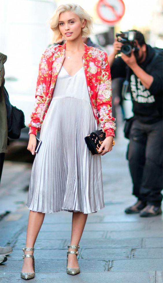 Street style look com vestido plissado midi.: