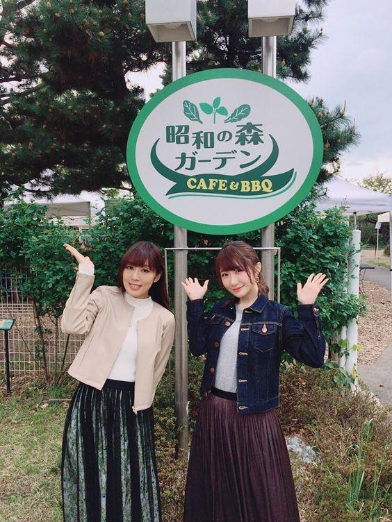 Kafeの看板と日笠陽子さんと日高里菜さん
