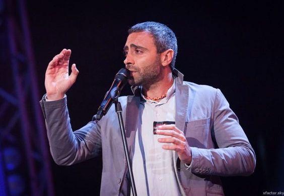 Armando Pavone, il cantautore onironauta, canta il suo inedito ed è subito…