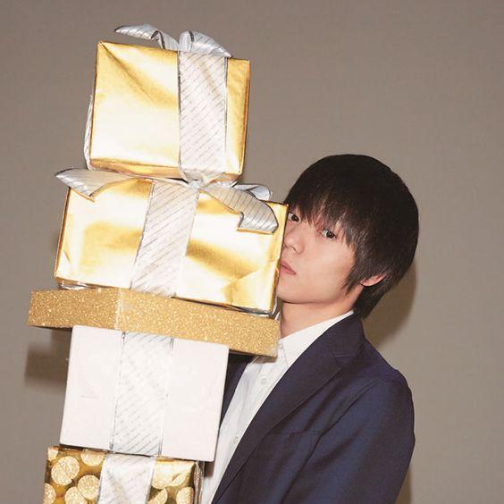 プレゼントを持つ窪田正孝