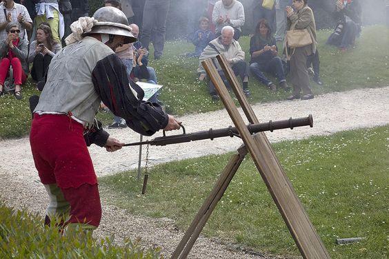Des hommes en armure, spécialistes de l'histoire militaire sous François Ier, installent leur campement dans le parc du château et mettent le feu aux poudres avec des démonstrations de tirs au canon. Les preux chevaliers portent les coups de taille ou de marteau, pour prouver leur dextérité au maniement d'armes, et accomplissent les manœuvres préalables aux plus nobles exploits.  Vendredi 6 et samedi 7 mai, de 9h30 à 18h30 #animation #famille #histoire #culture © J.B.Rabouan
