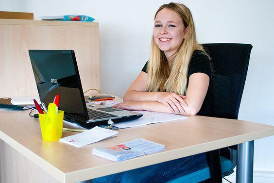 Wir freuen uns, Euch unser neues Teammitglied im Bereich Marketing/Verwaltung vorstellen zu können:  Emilia Schmidt aus Homberg hat vor kurzem Ihr Schuljahrespraktikum bei uns begonnen. Die 16-jährige Fachoberschülerin ist schon gut durchgestartet und freut sich auf viele spannenden Aufgabenbereiche bei uns im Haus.  Liebe Emilia, schön, dass Du hier bist.  Herzlich Willkommen im Ehring-Team.