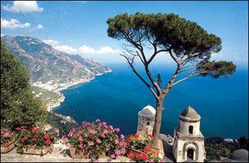 De kust van Amalfi is een mix van geschiedenis en natuur waar heel veel te ontdekken is. Het is mijn favoriet plek te zijn.
