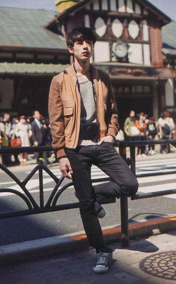 ライトブラウン×ライダースジャケットコーデの坂口健太郎のファッション