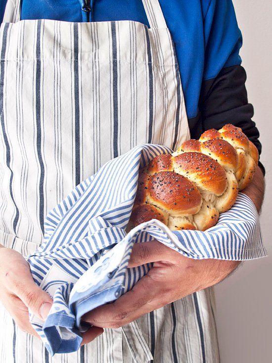 <p>Hoy os traigo una receta típica de la religión judía: el challah o jalá. Se trata de un pan trenzado que los judíos preparan para el Sabatt y otras celebraciones religiosas (exceptuando la Pascua, en la que se consume el…</p>