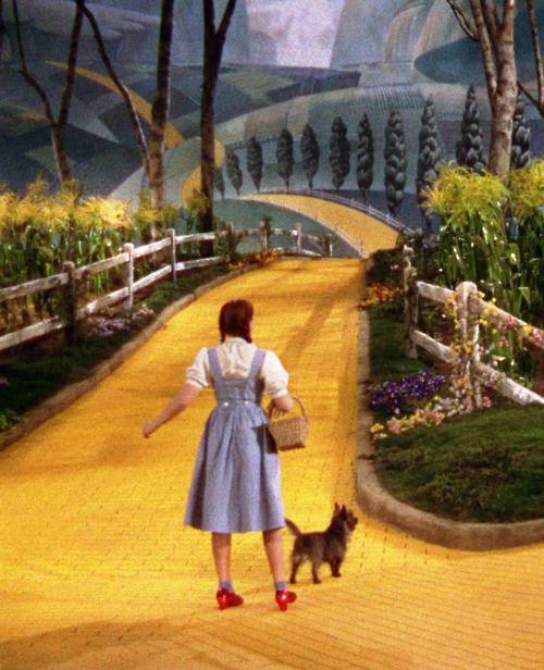 En el camino de ladrillos amarillos, recuerdo la cancion de Elton Jhon.....: