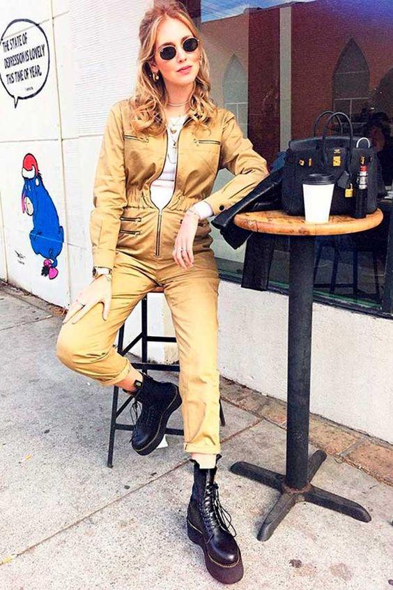 Look macacão utilitário com coturno fashion