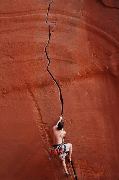 Climbing the crack - Anunnaki (5.12-) Canyonlands