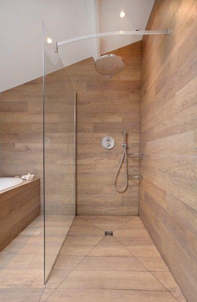 douche entièrement recouverte de planche en bois avec ...