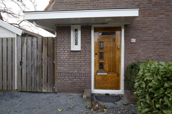 Jaren30woningen.nl | Typische  entree uit de jaren 30 met luifel, glas in lood raam en voordeur