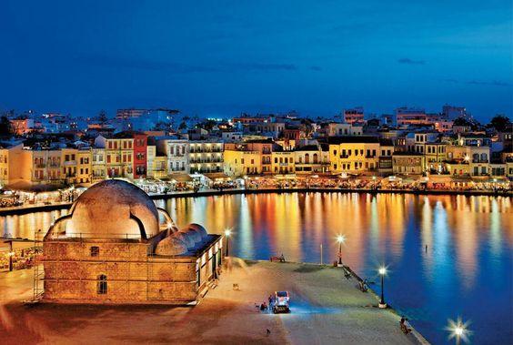 ΚΡΗΤΗ...ΧΑΝΙΑ..Νυχτερινή βόλτα στο λιμάνι.  Φωτογραφία: Ηρακλής Μήλας