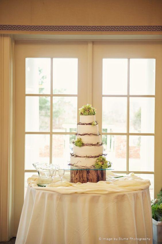 Ich liebe diesen kuchen mit dem holzständer und dem grün ...