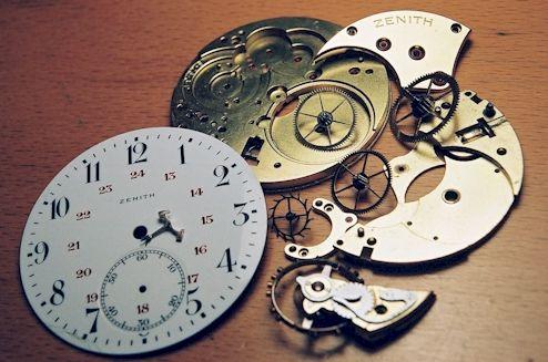 Un temps simple s'écrit avec un seul mot (il dansait, elle parlera…) Dans les temps composés, le verbe se conjugue avec 2 mots : L'auxiliaire avoir ou être suivi du participe passé du verbe. Les t...