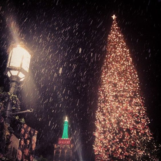 60 degrees and there's actual snow falling from the sky at the mall. Oh LA, you can @ The Americana at Brand