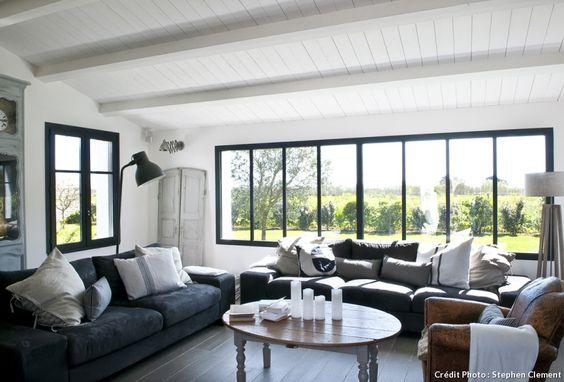 salon avec grande baie vitrée dans maison sur l'île de Ré