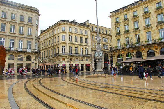 Выходы с пешеходных улиц и площадь перед Большим Театром с часами