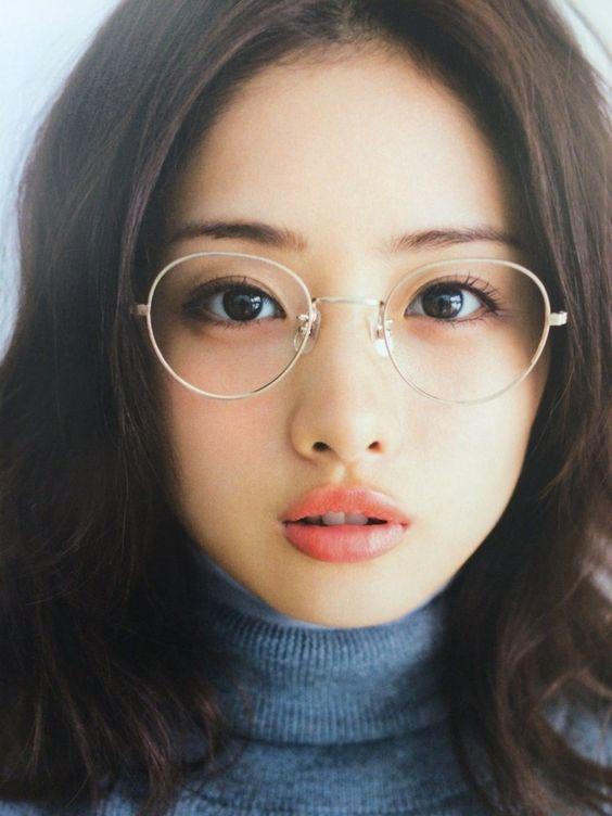 眼鏡の奥の
