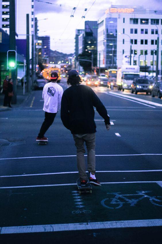 二人組でスケートボード