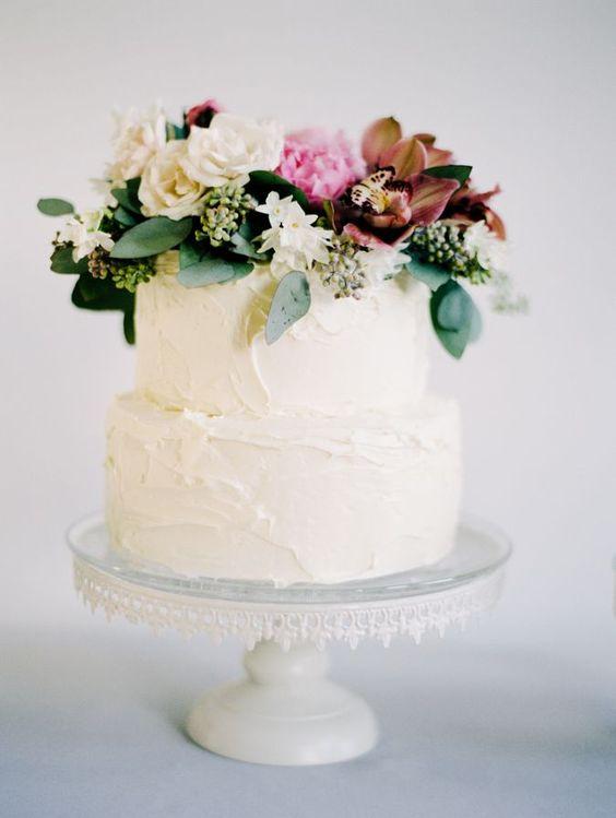 La sencillez también crea tartas originales. Una tarta de boda sencilla con textura y flores naturales | 24 Tartas de Boda Originales y Decoradas con Fondant