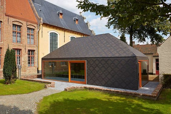 When designing the extension of the Bruges Academy of Fine Arts, the architects from the agency Nero decided to use a single type of cladding for both the roof and the façade. The captivating pattern of lines, planes and textures creates an abstract reference to...