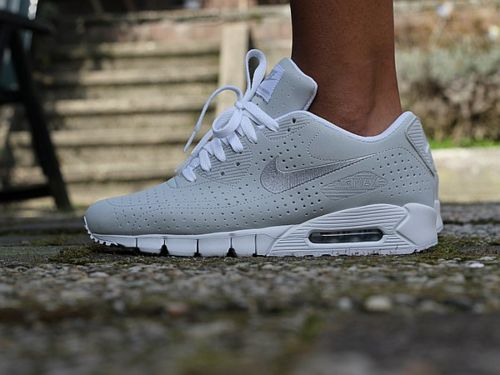diggin these gray and white air max's.