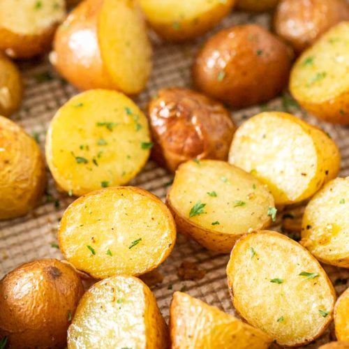 Simple Oven Roasted Potatoes Made With Garlic And Parsley Make An Easy And Delicious Side Dish Roasted Potato Recipes Easy Potato Recipes Golden Potato Recipes