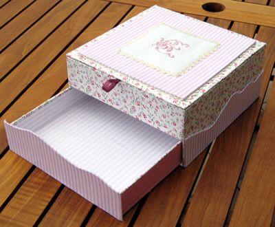 Une jolie boite en cartonnage avec le tuto cartonning for Acheter une boite a couture