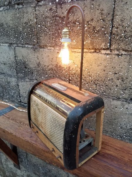 Articulo L1016. Lámpara sobre antigua radio, con dialiluminado (funcionan todas las perillas), y cañeria de cobre. Medidas 18 cm deancho x 57 cm de alto x 36 cm de largo. Lámpara Multifilamento de carbonoAntique Edison incluida.https://www.facebook.com/industrialyrecupero/