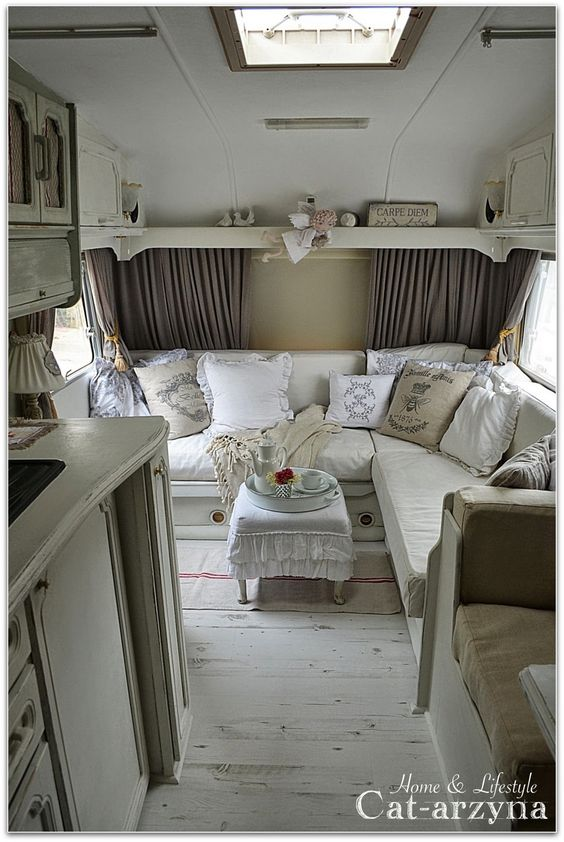 Amazing little vintage trailer redo in shabby chic style, I love it!!: