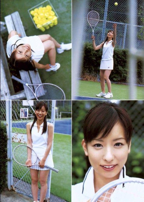 テニスをしている皆藤愛子