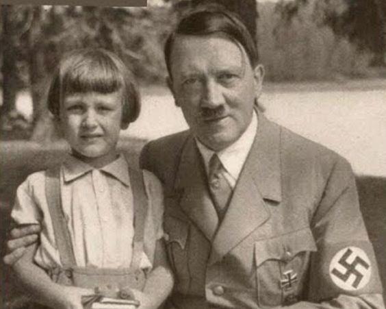 Discussie door @DeepStateExpose: Hitler en zijn dochter, Angela Merkel Hitler. FDR was ook een bondgenoot van de Nieuwe Wereldorde en verklaart Hitlers ontsnapping naar Zuid-Amerika !!! Oh…