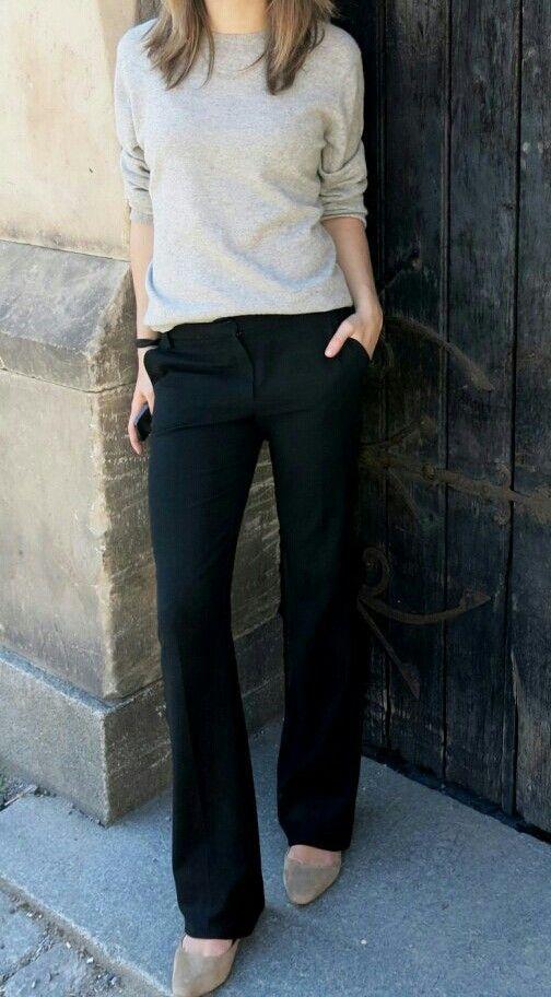 Sweater neutro y pantalon negro de vestir