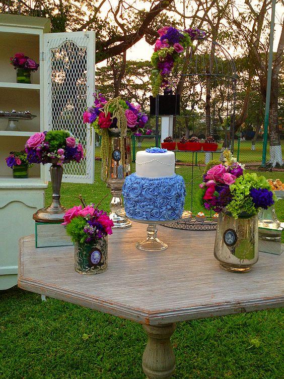 Pastel de XV años con aire vintage en hermoso jardín de primavera.