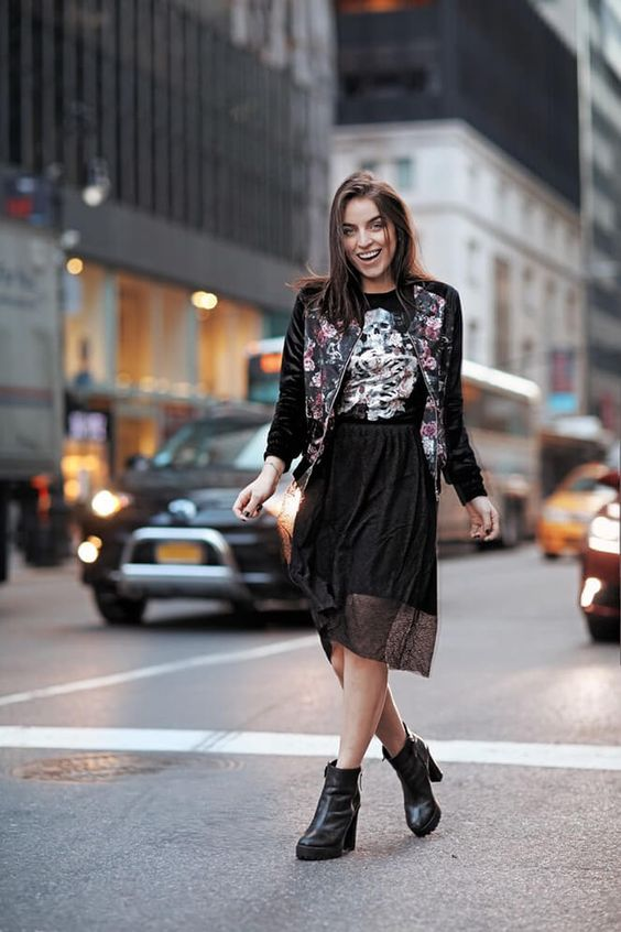 Look Bruna Unzueta inspirada na nova coleção da Riachuelo: estampas e t-shirt, que deu um toque bem street e hi-lo com a saia em renda: