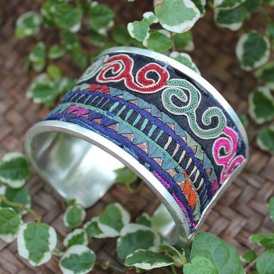 中国貴州省ミャオ族(苗族)の古刺繍シルバー(ミャオ銀)バングルになります。刺繍の古いもので、中国では老繍と言い、伝統的な美しいハンドメイド刺繍品です。希少な一...|ハンドメイド、手作り、手仕事品の通販・販売・購入ならCreema。