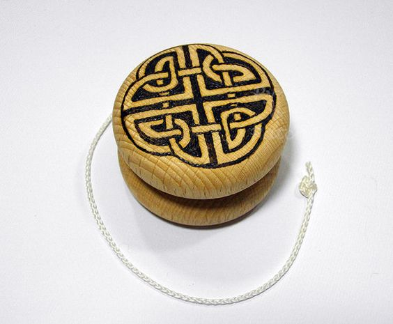 Yo-yo in legno massello di faggio con mano di PyrosePatch su Etsy