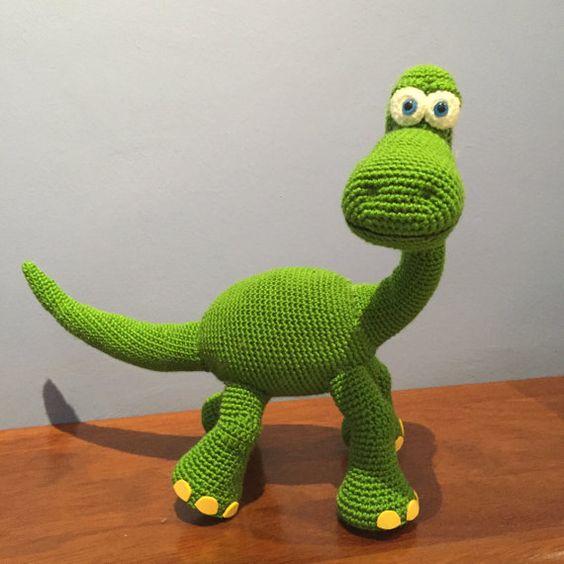 Patrón Dinosaurio Arlo Disney amigurumi crochet por Needleandnoodle