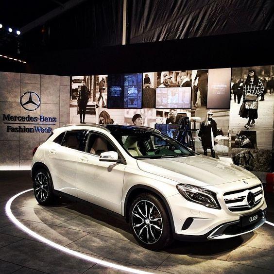 Evento artístico. Se junta la moda con la empresa automotriz y la fama.