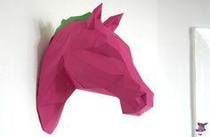 Ein pinkes Pferd aus Papier